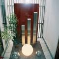 玄関を入った正面に見えるクールな印象の坪庭