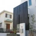 黒い板塀に映える門柱